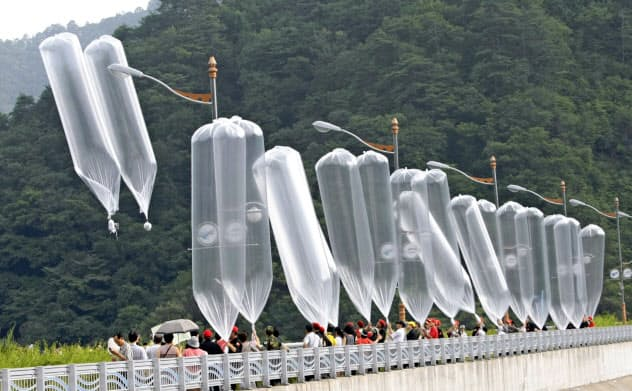 韓国の脱北者団体が北朝鮮に飛ばしている大型風船(写真は2010年7月のもの)=AP