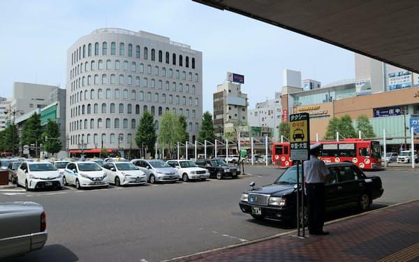 ビジネス客が多く利用する新潟駅前のタクシー。新型コロナウイルスの影響で利用者は激減した(18日、新潟市)