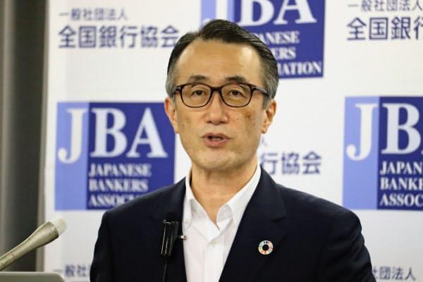 記者会見する全銀協の三毛兼承会長(18日、東京・千代田)