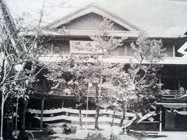日本で初めて映画が興行された大阪・難波の南地演舞場=戎橋筋商店街振興組合提供