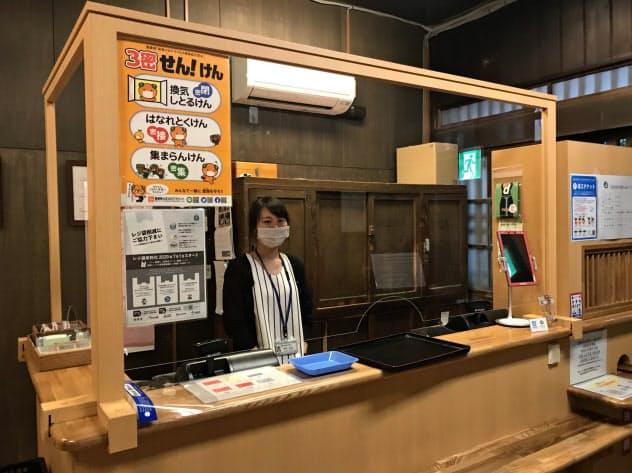道後温泉本館受け付けには飛沫防止パネルを設置(18日、松山市)