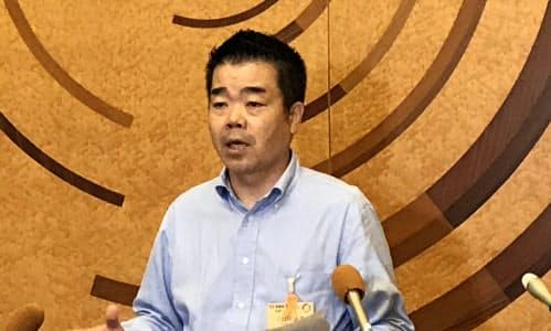 県民への外出自粛要請の緩和について記者団の質問に答える滋賀県の三日月大造知事(18日、滋賀県知事公館)