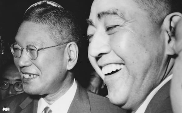 池田勇人氏(左)と佐藤栄作氏=共同