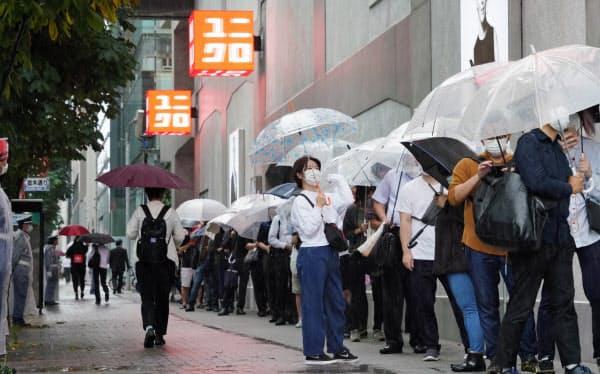 ユニクロのグローバル旗艦店「UNIQLO TOKYO」の開業を待つ人たち(19日午前、東京都中央区)