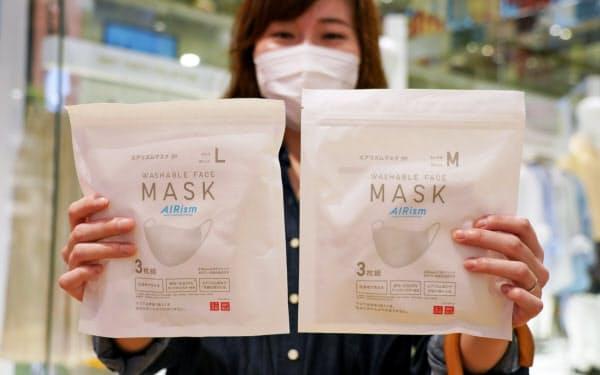 発売されたユニクロの「エアリズムマスク」を手にする女性(19日午前、東京都中央区のユニクロ銀座店)