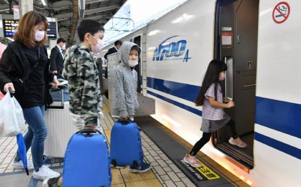 県をまたぐ移動の自粛が解除され、JR東京駅から新幹線で各地へ向かう人たち(19日午前)
