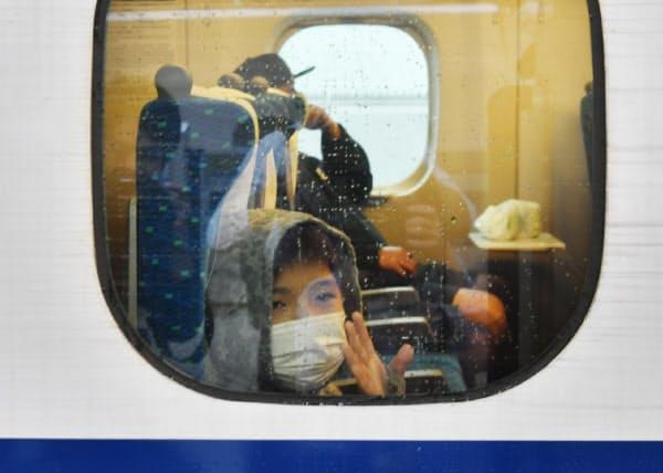 祖父母の家に帰省するため新幹線に乗った男の子(19日午前、JR東京駅)