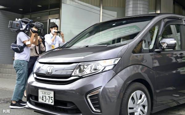 河井克行容疑者の地元事務所が入るビルを出る検察関係者が乗った車(19日午前、広島市)=共同
