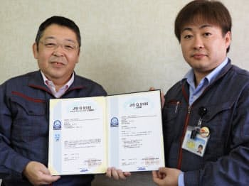 キメラの藤井徹也社長(左、17日、室蘭市)