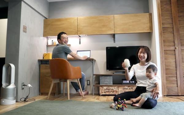 居間に作ったワークスペースが「コロナ禍では非常に役立った」という石井さん親子(横浜市)