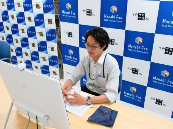 オンラインで高校生の個別進学相談を受ける佐賀大の職員(6月)