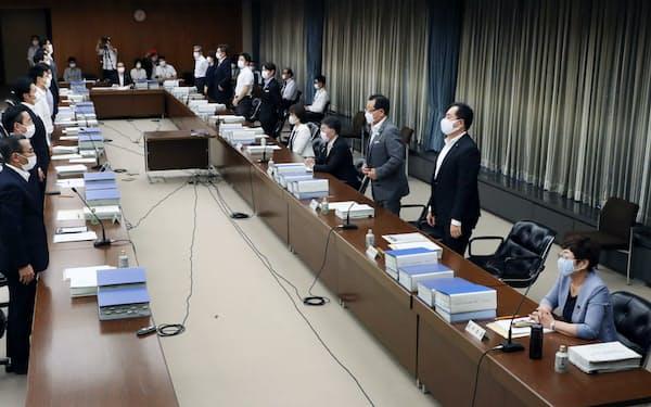 自民党大阪市議団などが反対するなか、「大阪都構想」の制度案を可決した法定協議会(19日、大阪市役所)
