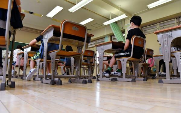 分散登校で間隔を空けて座るなど、感染予防策をとって再開した小学校(6月1日、東京都内)