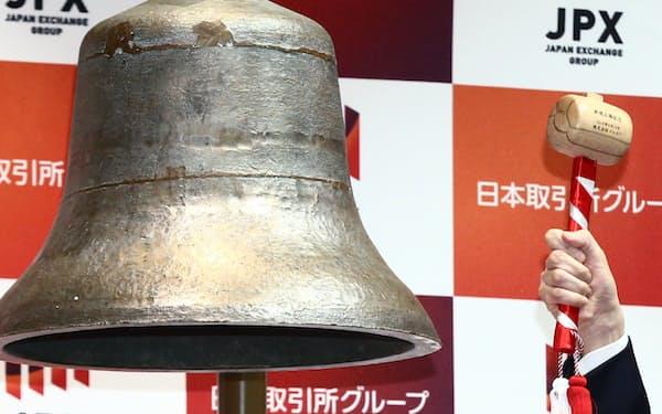 東証の上場セレモニーでは鐘を打ち鳴らす