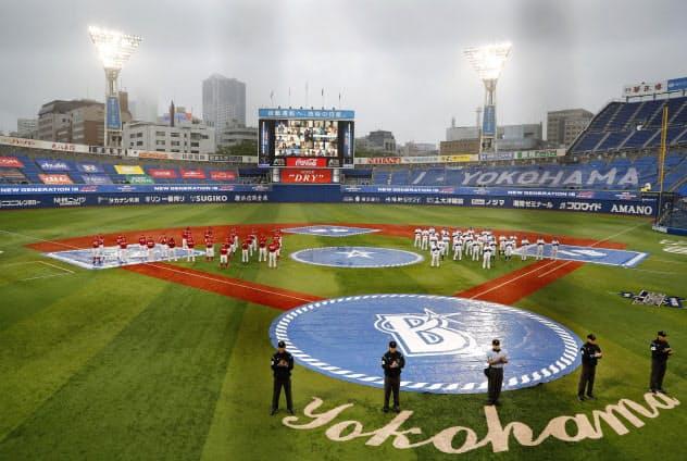 約3カ月遅れの開幕戦を前に、医療従事者へ感謝の拍手を送るDeNAナイン(右)と広島ナイン=19日、横浜スタジアム