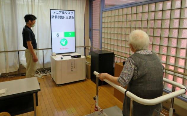 足踏みとクイズへの解答を同時にこなすデュアルタスクによる認知機能の計測(大阪大学・八木康史教授提供)