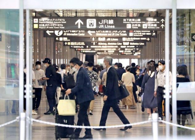 多くの人が行き交う名古屋駅(19日、名古屋市中村区)