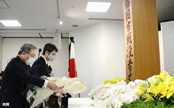 福岡大空襲から75年を迎え、「福岡市戦没者追悼献花式」で献花する高島宗一郎市長(右)ら(19日午後、福岡市役所)