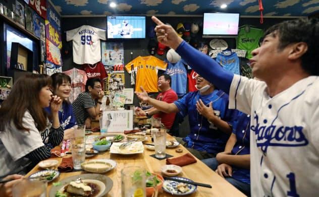 プロ野球が開幕し、居酒屋で試合を観戦する人たち(19日、愛知県常滑市)