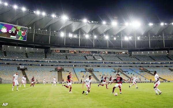 無観客試合で再開したリオデジャネイロ州選手権で対戦するフラメンゴとバングーの選手(18日、リオデジャネイロ)=AP
