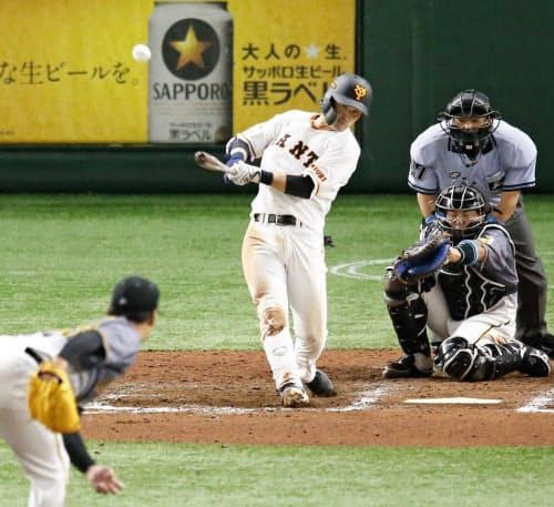 7回巨人1死二塁、吉川尚が右越えに決勝の2ランを放つ。投手岩崎、捕手梅野(19日、東京ドーム)=共同