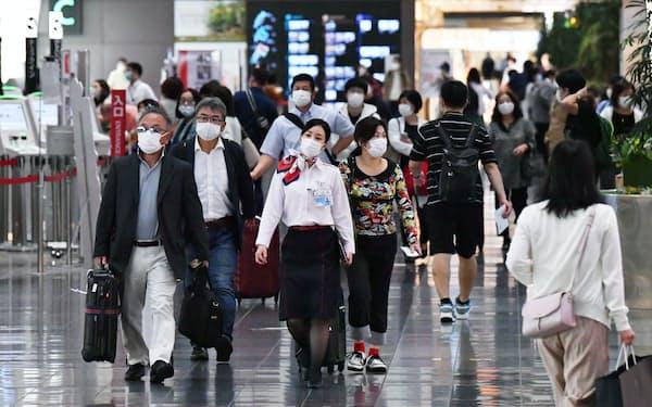 県をまたぐ移動の自粛が解除され、羽田空港から各地へ向かう人たち(19日)