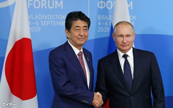 ロシアは9月に予定していた国際会議「東方経済フォーラム」の中止を発表した(2019年9月、会議にあわせてウラジオストクで会談した日ロ首脳)=ロイター