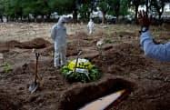 新型コロナによる遺体が埋葬される墓地(リオデジャネイロ)=ロイター