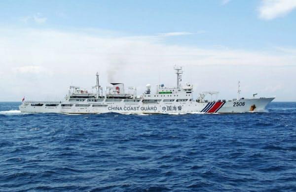 福岡・沖ノ島周辺の領海に一時侵入した中国海警局の船(2017年7月、第7管区海上保安本部提供)=共同