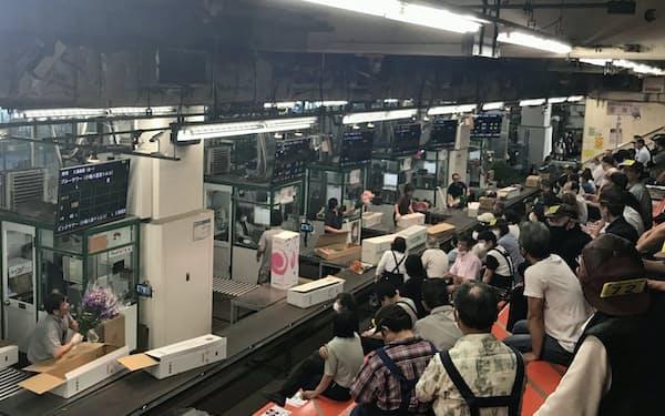 仲卸や小売業者が花きのセリに早朝から集まる(東京都足立区の北足立市場)