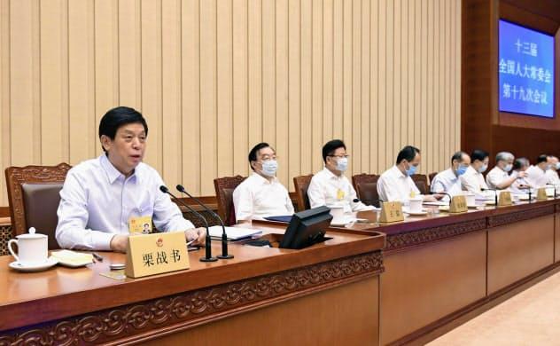 閉幕した中国全人代の常務委員会の会議(20日、北京の人民大会堂)=新華社・共同