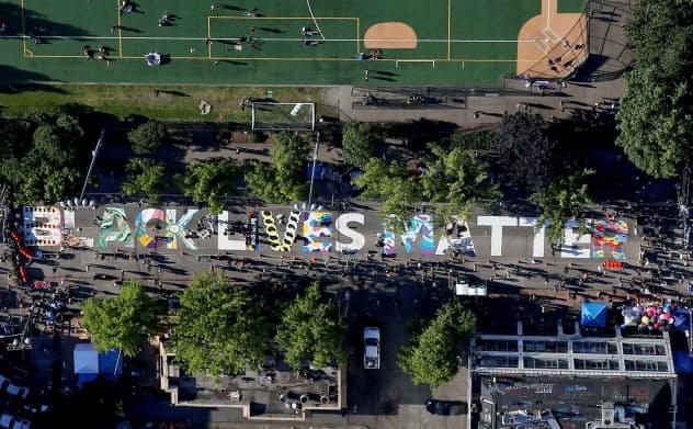 アーティストたちによって通りに「BLACK LIVES MATTER」の文字が描かれた=ロイター
