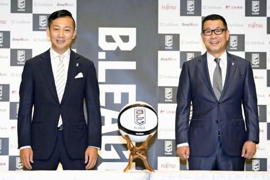 7月に就任する島田新チェアマン(左)と並んで笑顔を見せる大河氏(10日)=共同