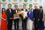 不二製油グループ本社は第5回日本ベジタリアンアワードの大賞に選ばれた。中央が鈴木清仁執行役員(21日、大阪市)