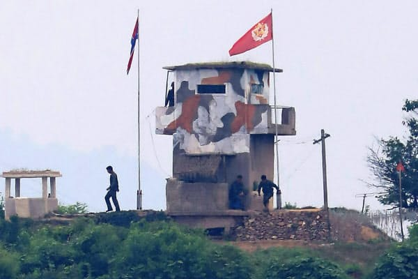 北朝鮮側は韓国を批判するビラを散布すると予告している(18日、韓国・坡州市の境界付近)=AP