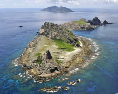 沖縄県の尖閣諸島。手前から南小島、北小島、魚釣島(2012年9月)=共同