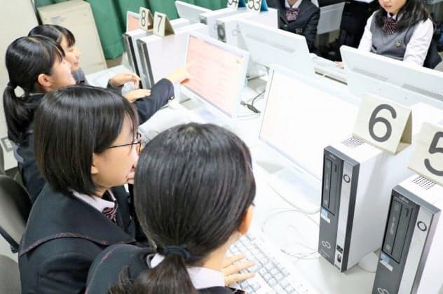 教材の翻訳に取り組む九州産業大付属九州産業高校の生徒(同校提供)