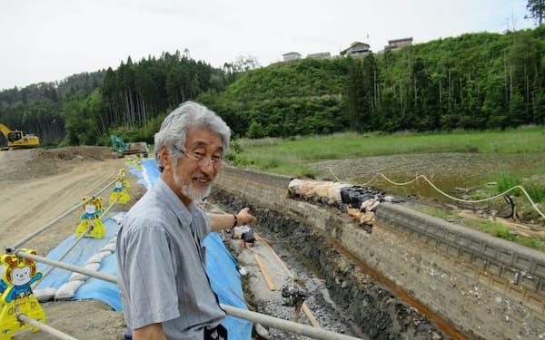 透水性のある護岸を採用する部分を示す畠山重篤さん(宮城県気仙沼市舞根地区)