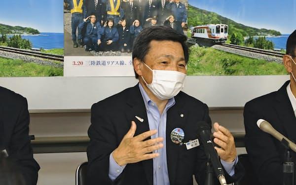 取締役会後に記者会見する三陸鉄道の中村社長(22日、盛岡市)