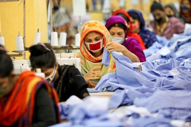 バングラデシュの縫製工場で働く労働者=ロイター