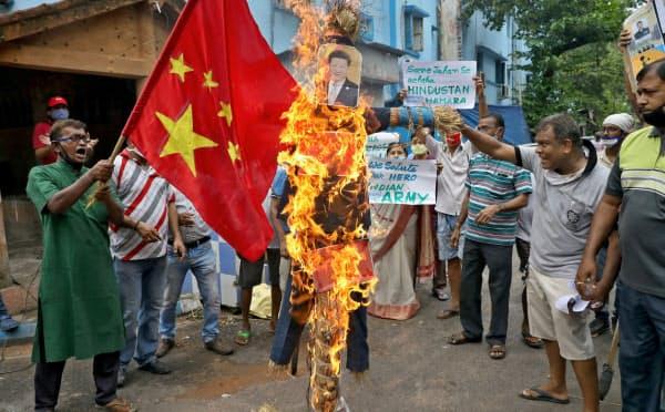 インド国民の間で反中感情が高まっている(6月18日、習近平氏のわら人形を燃やすコルカタ市民=ロイター)