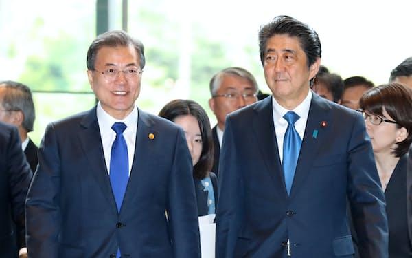 日韓両国は1965年の国交正常化後も歴史の葛藤を抱えながら外交で懸案を解決してきた(2018年5月、首相官邸)