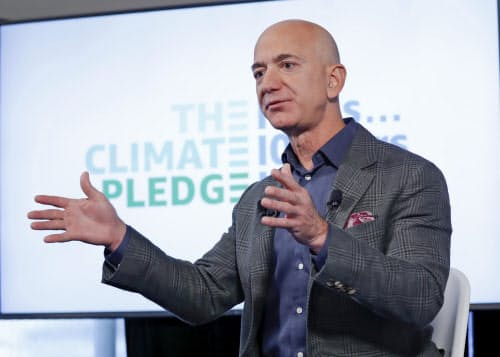 アマゾンCEOのジェフ・ベゾス氏は新型コロナウイルス危機を受けて本業強化に力をいれるが、解決すべき難題に直面している=AP