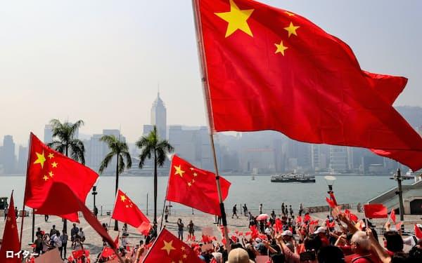 デモで中国の国旗を否定するような掲げ方をした場合は取り締まり対象となりそうだ=ロイター