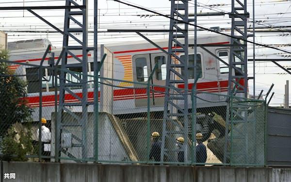 車止めに乗り上げ、脱線した電車(22日午後、兵庫県尼崎市)=共同