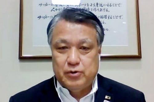 オンラインの記者会見で、2023年サッカー女子W杯招致への立候補を取り下げることを表明した日本サッカー協会の田嶋幸三会長(22日)=共同