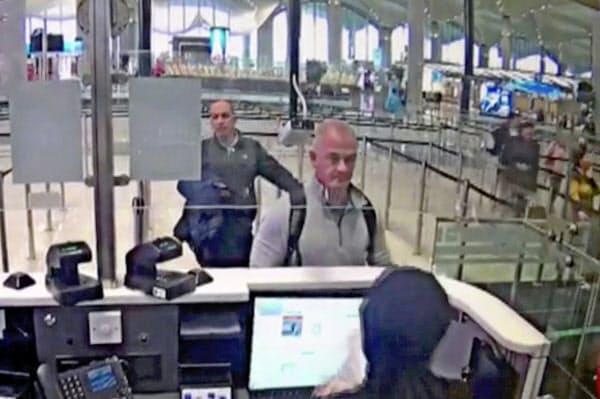 2019年12月30日、イスタンブール空港の防犯カメラに写るマイケル・テイラー容疑者(中央)=AP