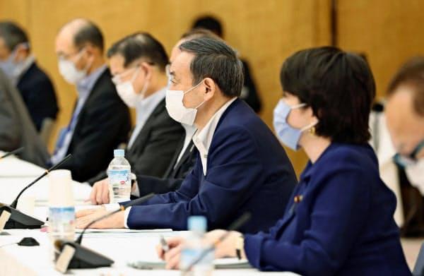 マイナンバー制度の普及促進策を検討する作業部会の初会合であいさつする菅官房長官(中央)(23日午前、首相官邸)=共同
