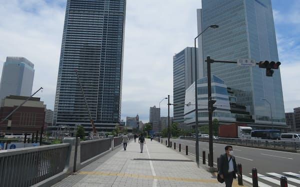 北仲通エリアでは市の新庁舎(右)だけでなく、民間ビルやホテルの建設が相次ぐ(横浜市)