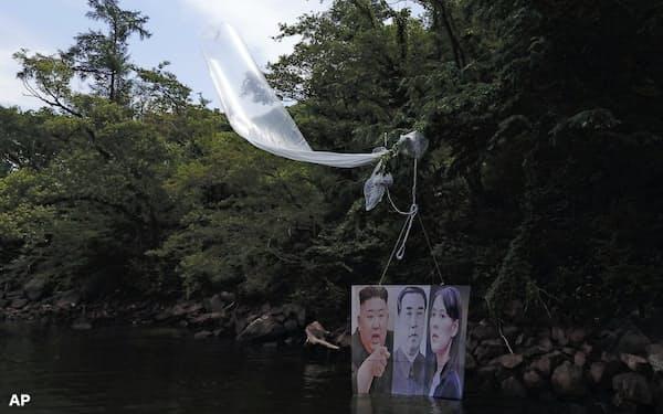 一夜明けて発見された大型風船(23日、韓国・江原道洪川)=聯合・AP